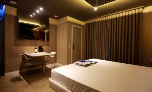 img-suite-hidro-nova-garagem-cortina-golf-motel
