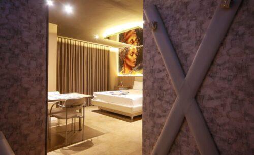 img-suite-hidro-nova-garagem-entrada-golf-motel