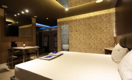 img-suite-hidro-nova-garagem-luzes-golf-motel
