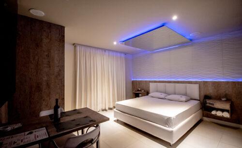 img-suite-hidro-nova-garagem-visao-geral-golf-motel