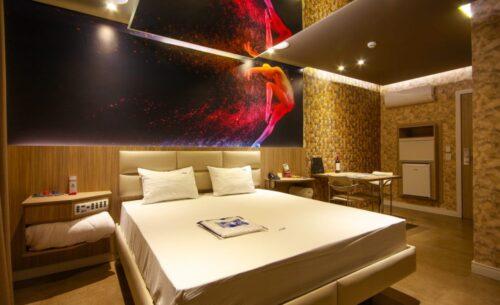 img-suite-luxo-nova-garagem-painel-golf-motel