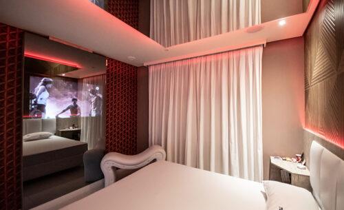 img-suite-piscina-premium-cama-espreguicadeira-golf-motel