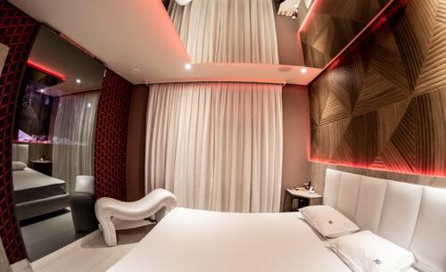 img-suite-piscina-premium-lateral-cama-golf-motel