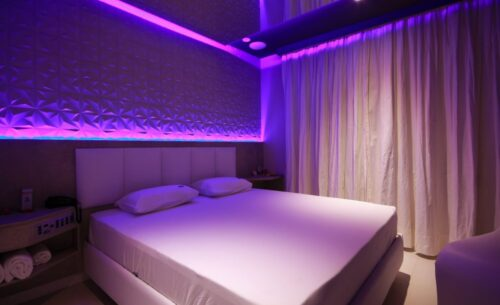 img-suite-piscina-premium-luz-roxa-golf-motel