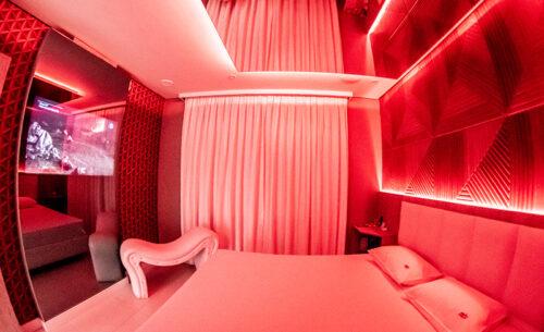 img-suite-piscina-premium-painel-cama-espreguicadeira-golf-motel