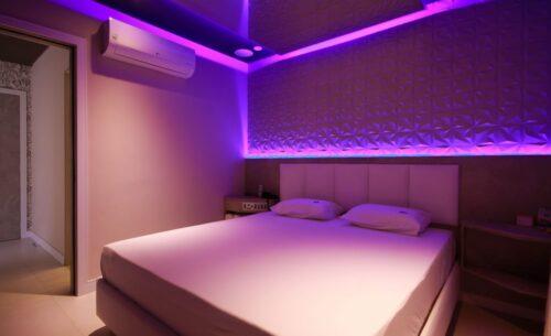 img-suite-piscina-premium-painel-na-cama-golf-motel