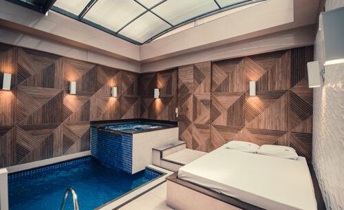 img-suite-piscina-premium-piscina-cama-golf-motel